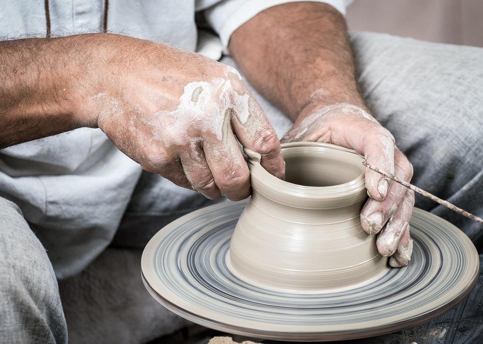 Der Töpfer arbeitet ständig mit seinen Händen, weshalb ihre Gesudheit sehr wichtig ist.