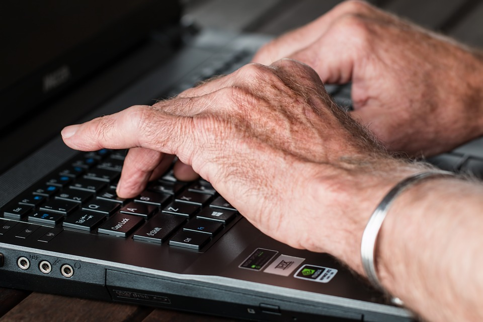 Rheumatoide Arthritis in den Händen stört unter anderem die Arbeit am Computer